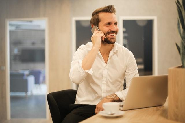 איש עסקים משוחח בטלפון הנייד